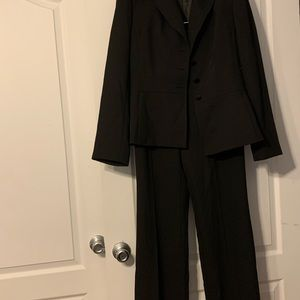Tahari Arthur S. Levine Pant suit. (Black)